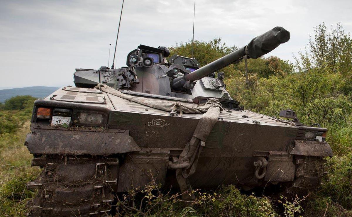 Tank rijdt door gras