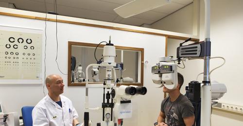 Persoon krijgt oogtest bij opticien
