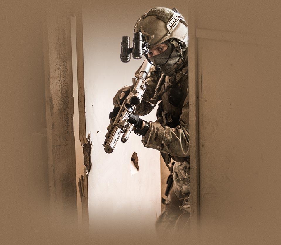 commando loopt door deur