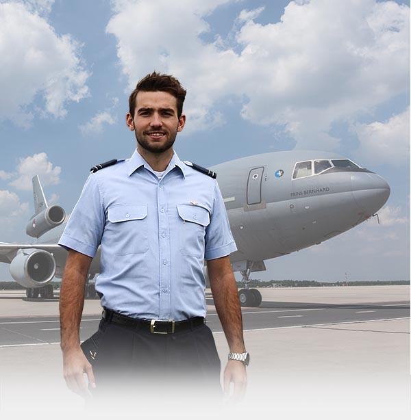 Job staat voor een vliegtuig